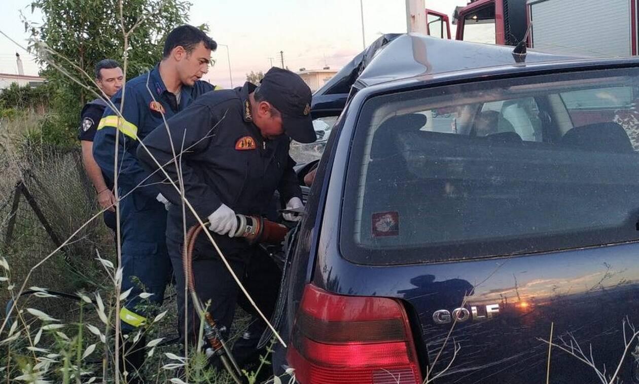 Τροχαίο - σοκ στην Κόρινθο: Αυτοκίνητο «καρφώθηκε» σε κολόνα
