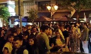 Εικόνες συνωστισμού σε Ψυρρή και Θεσσαλονίκη: Κοσμοσυρροή, μουσική και ποτά take away