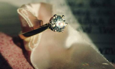 Κόλλησε το δαχτυλίδι – Δείτε τι έκαναν για να το βγάλουν από το δάχτυλό της