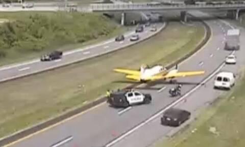Δείτε αεροπλάνο να κάνει αναγκαστική προσγείωση σε αυτοκινητόδρομο