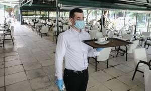 Άρση μέτρων: Χαμός στις καφετέριες - «Μασκοφόροι» σερβιτόροι, αποστάσεις και αντισηπτικά