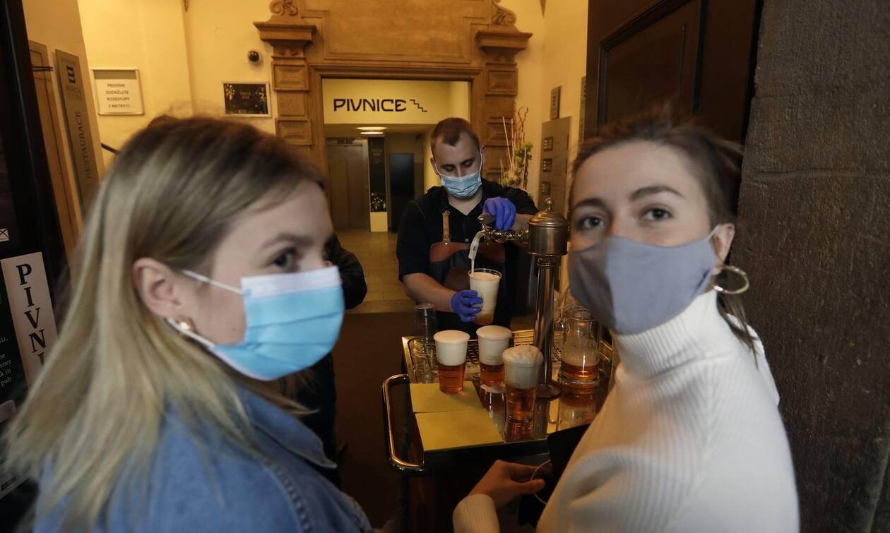 Κορονοϊός: Οι Τσέχοι αφήνουν στην άκρη τις μάσκες και επιστρέφουν στα εστιατόρια και τα σχολεία