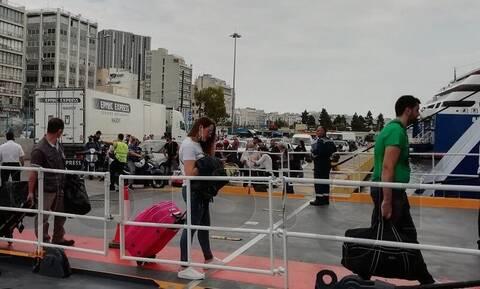 Άρση μέτρων: Ουρές στο λιμάνι του Πειραιά - Μάσκες, αντισηπτικά και αποστάσεις μέσα στα πλοία (pics)