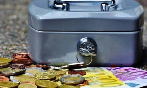 ΟΠΕΚΑ-«Βρέχει» χρήματα: Πότε πληρώνονται τα επιδόματα Μαΐου - Ποιοι θα πάρουν περισσότερα χρήματα