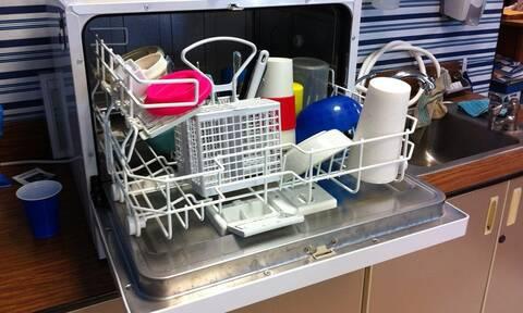 Μυρίζει άσχημα το πλυντήριο πιάτων; Έτσι θα διώξετε τη μυρωδιά με υλικό από το ψυγείο (pics)