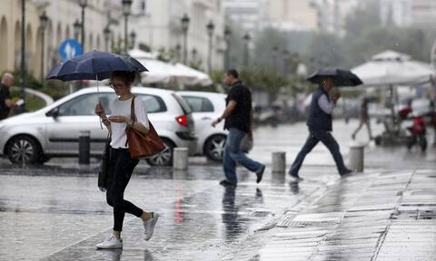 «Αγριεύει» ο καιρός: Με καταιγίδες και χαλαζοπτώσεις η Τρίτη - «Άνοιξαν» οι ουρανοί στην Αττική