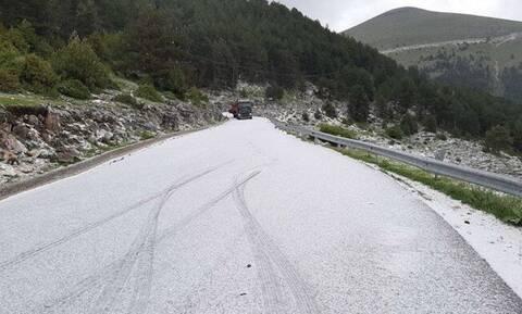 Καιρός ΤΩΡΑ: Και όμως... χιόνισε! Δείτε σε ποια περιοχή της Ελλάδας το έστρωσε