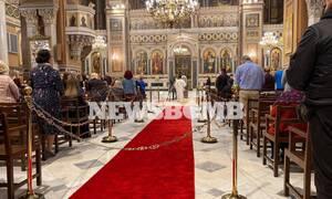 Το Newsbomb.gr στην Μητρόπολη Αθηνών: Αρκετοί πιστοί, αποστάσεις και κατάνυξη στην Ανάσταση