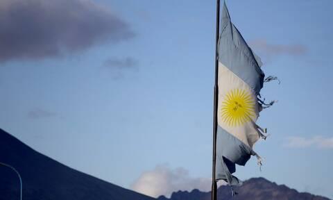 H Αργεντινή καταρρέει: Οι οίκοι S&P και Fitch κήρυξαν τη χώρα σε κατάσταση «χρεοκοπίας»