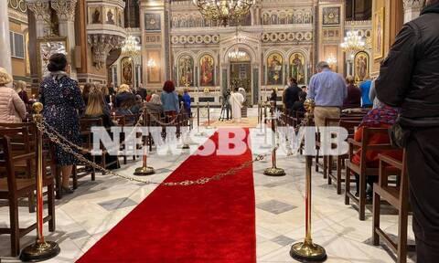 Με λαμπρότητα η Ανάσταση σε όλη την Ελλάδα – Πλήθος κόσμου στις λειτουργίες για το «Χριστός Ανέστη»