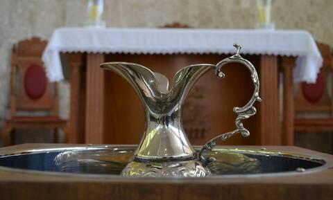 Ιερέας βάφτισε παιδί με νεροπίστολο (photos)