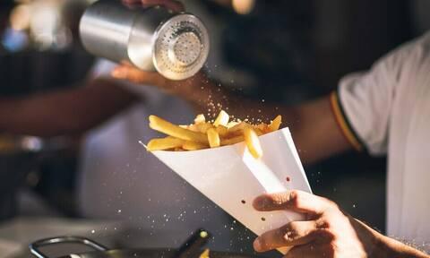 Τρελάθηκε: Έγραψε ερωτική επιστολή στις τηγανητές πατάτες!