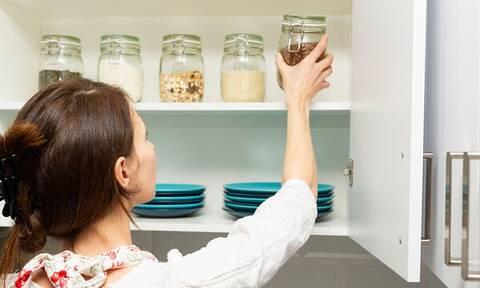 Βάλτε σε τάξη την κουζίνα σας με αυτά τα οκτώ εύκολα tips (vid)