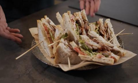 Τρελάθηκαν! Έβαλαν αρνάκι σε κλαμπ σάντουιτς και το... δοκίμασαν! (vid)