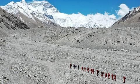 Η μοναδική αποστολή που κατέκτησε το Εβερεστ εν μέσω της πανδημίας (vid)