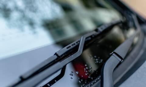 Είδε κάτι να έρχεται κατά πάνω της - Έπαθε σοκ μόλις είδε τι χτύπησε το αμάξι της (pics+vid)