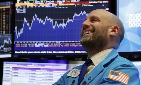 Wall Street: Ξεπέρασε τις 25.000 μονάδες ο Dow Jones - Μεγάλη πτώση στο πετρέλαιο