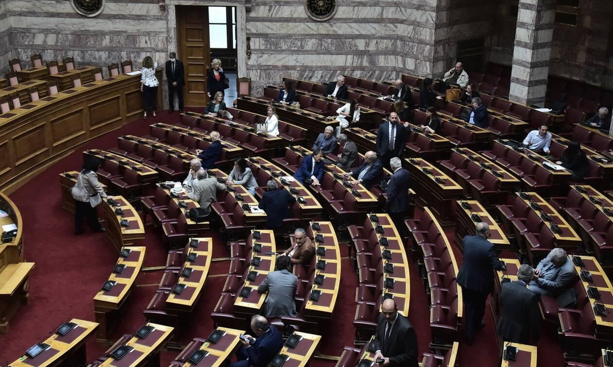 Στη Βουλή η τροπολογία για τη μείωση του ΦΠΑ στην εστίαση - Όλες οι φορολογικές ρυθμίσεις