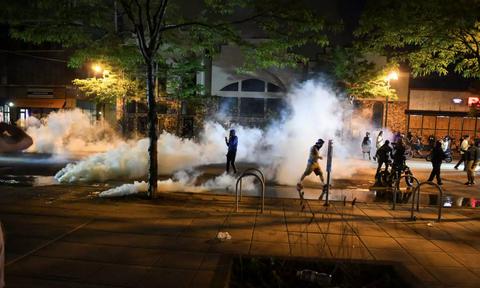 Μινεάπολη: Νέο βίντεο διαψεύδει τους αστυνομικούς για τον θάνατο του Αφροαμερικανού -Βίαια επεισόδια