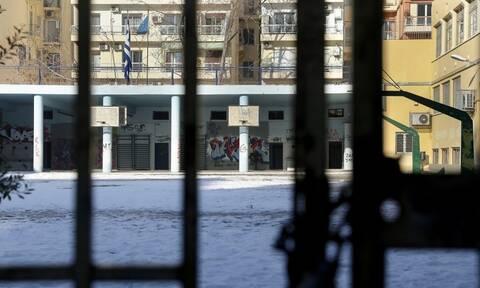Τρόμος στη Θεσσαλονίκη: Μαχαίρωσαν νεαρό σε προαύλιο σχολείου