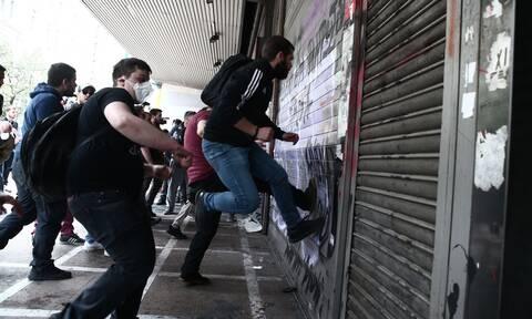 Ένταση και χημικά στο Υπουργείο Εργασίας - Επιχείρησαν να σπάσουν την πόρτα (pics&vid)