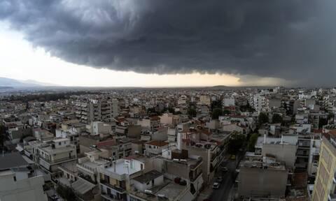 Καιρός ΤΩΡΑ: Ισχυρές καταιγίδες «σαρώνουν» την Αττική