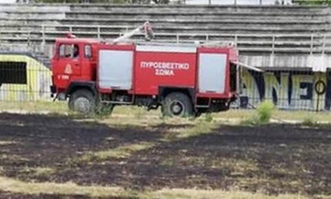 Φωτιά σε γήπεδο στην επαρχία! Καταστράφηκε ο αγωνιστικός χώρος (photos)