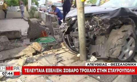 Θεσσαλονίκη: Σοβαρό τροχαίο - Αυτοκίνητο καρφώθηκε σε φανάρι