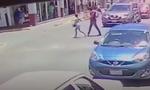 Βίντεο-σοκ: Εκτελεστές υποδύονται τα ζευγάρια και «γαζώνουν» περιπολικό στη μέση του δρόμου