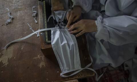 Κορονοϊός: Πρέπει να φοράμε μάσκα και μέσα στο σπίτι; Τι δείχνει νέα έρευνα