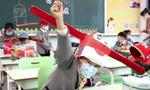 Κορονοϊός - Κίνα: Μαθητές δημοτικού φτιάχνουν καπέλα για τις αποστάσεις ασφαλείας στην τάξη