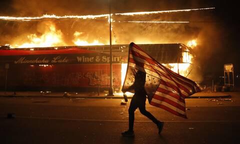 «I can't breathe»: Οι Ηνωμένες Πολιτείες «φλέγονται» - Εμπρησμοί, λεηλασίες και βανδαλισμοί