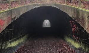 Κοιτάξτε προσεκτικά τι εμφανίζεται μέσα στο τούνελ… (video)