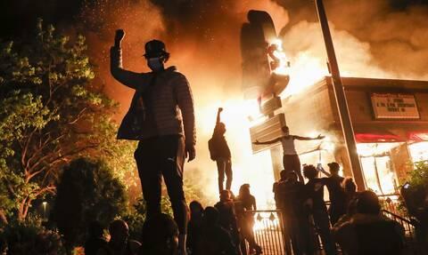Μινεάπολη: Για φόνο κατηγορείται ο αστυνομικός που σκότωσε τον Τζορτζ Φλόιντ