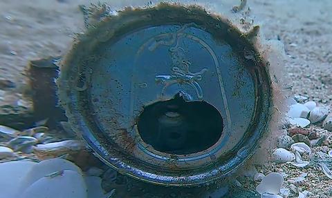 Απίστευτο! Βρήκαν κουτάκι στον βυθό της θάλασσας - Τρελάθηκαν μ' αυτό που ήταν μέσα (vid)