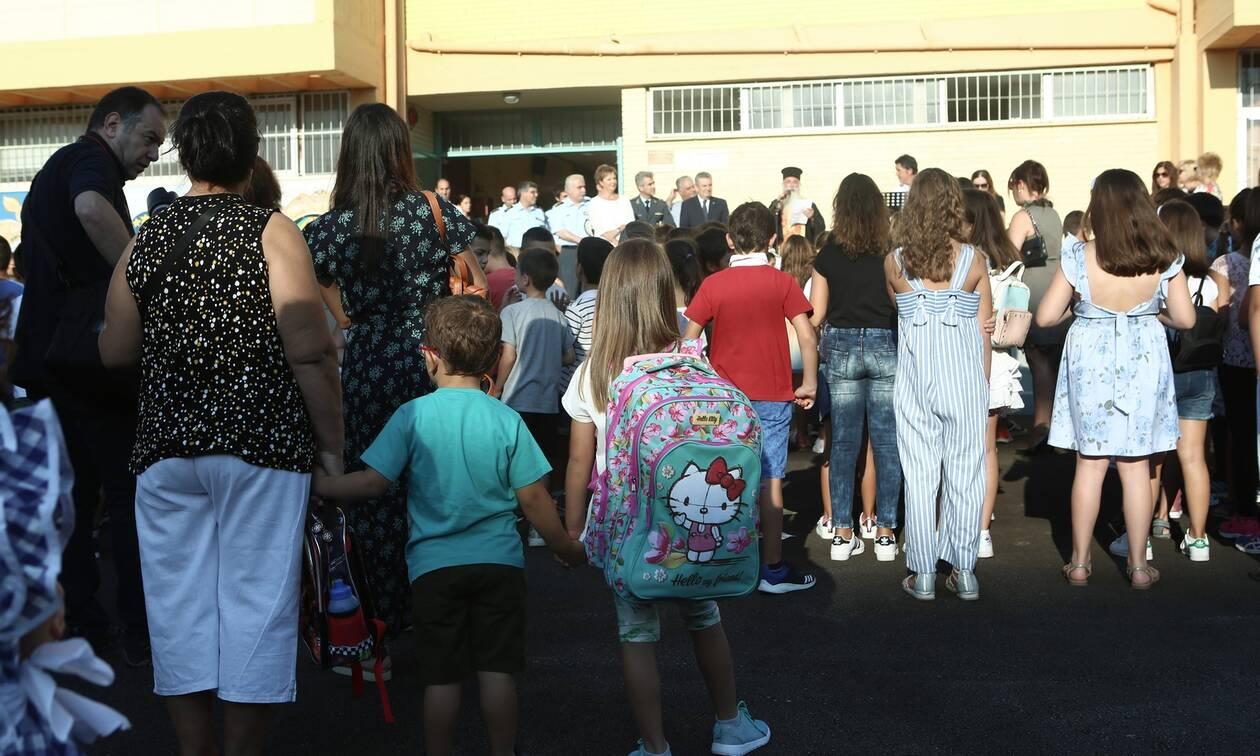 Ανοίγουν Δημοτικά-Νηπιαγωγεία: Νέοι κανόνες από Δευτέρα- Κεραμέως:Τα παιδιά οφείλουν να επιστρέψουν