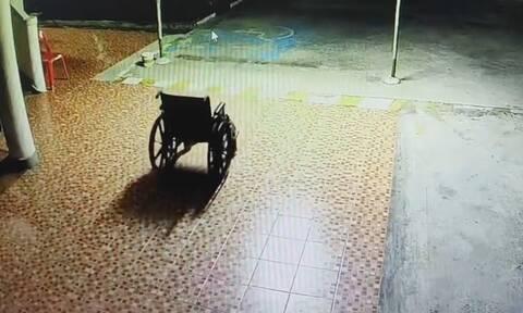 Είδε στην κάμερα ασφαλείας αναπηρική καρέκλα να κινείται... μόνη της! Δεν κατάλαβε κανείς γιατί...