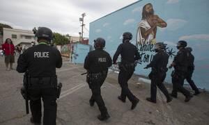 ΗΠΑ - Βίντεο-σοκ:Αστυνομικοί ξυλοκοπούν άγρια άνδρα κατά την διάρκεια των διαδηλώσεων για τον Φλόιντ