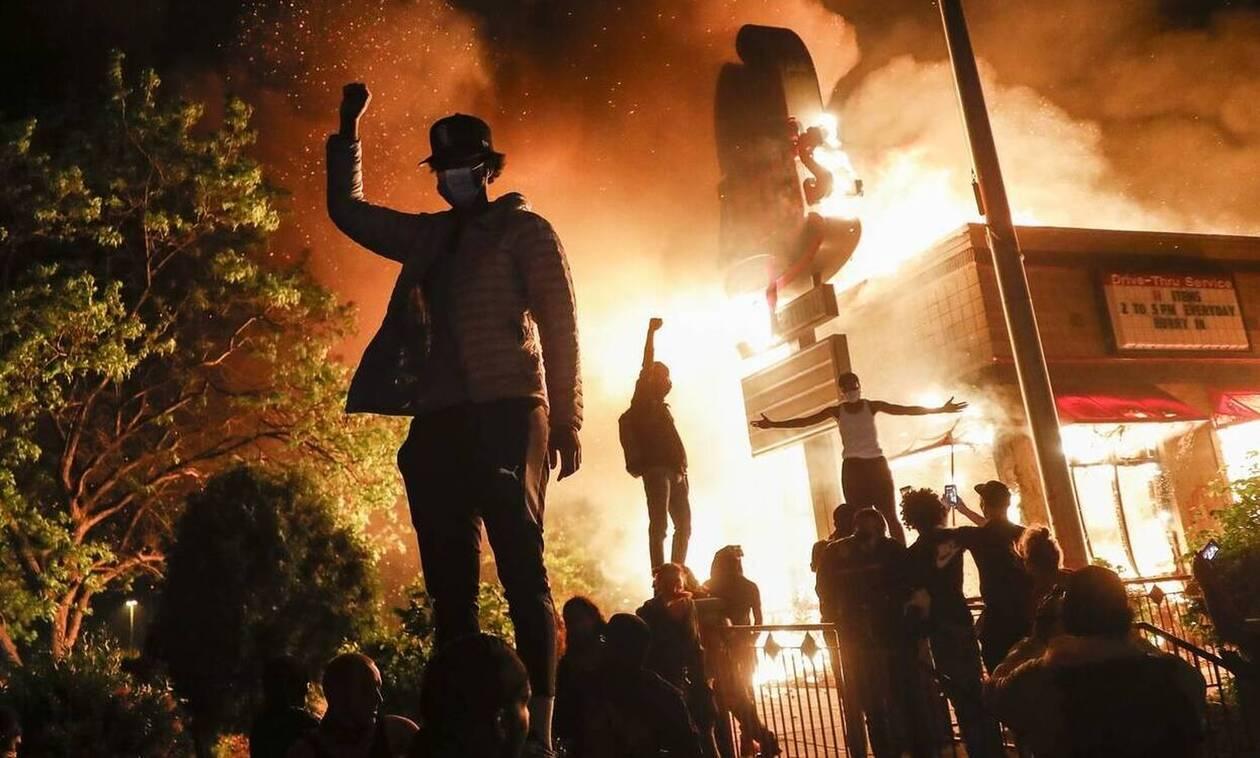 Μινεάπολη: Η πολιτεία φλέγεται αλλά αυτός ο άνδρας δεν καταλαβαίνει τίποτα - Δείτε τι έκανε (pics)