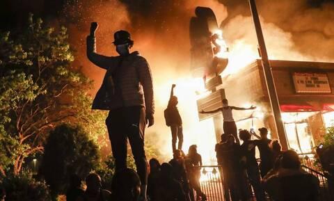 Μινεάπολη: Η πολιτεία φλέγεται αλλά αυτός ο άνδρας δεν καταλαβαίνει τίποτα – Δείτε τι έκανε (pics)