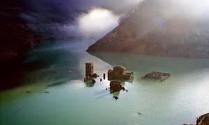 Χωριό - «φάντασμα» βρίσκεται βυθισμένο σε λίμνη – Η συγκλονιστική ιστορία του
