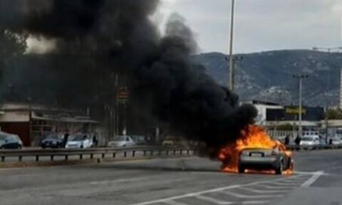 Αυτοκίνητο τυλίχθηκε στις φλόγες στον Ασπρόπυργο - Μποτιλιάρισμα στην Εθνική Οδό