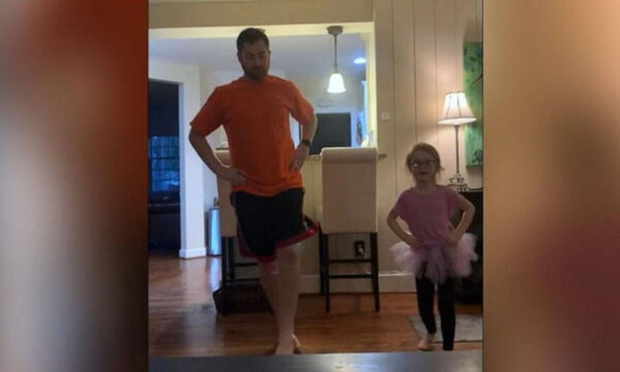 Υπέροχο! Μπαμπάς κάνει ασκήσεις μπαλέτου με την κόρη του στο σπίτι και γίνεται viral (vid)