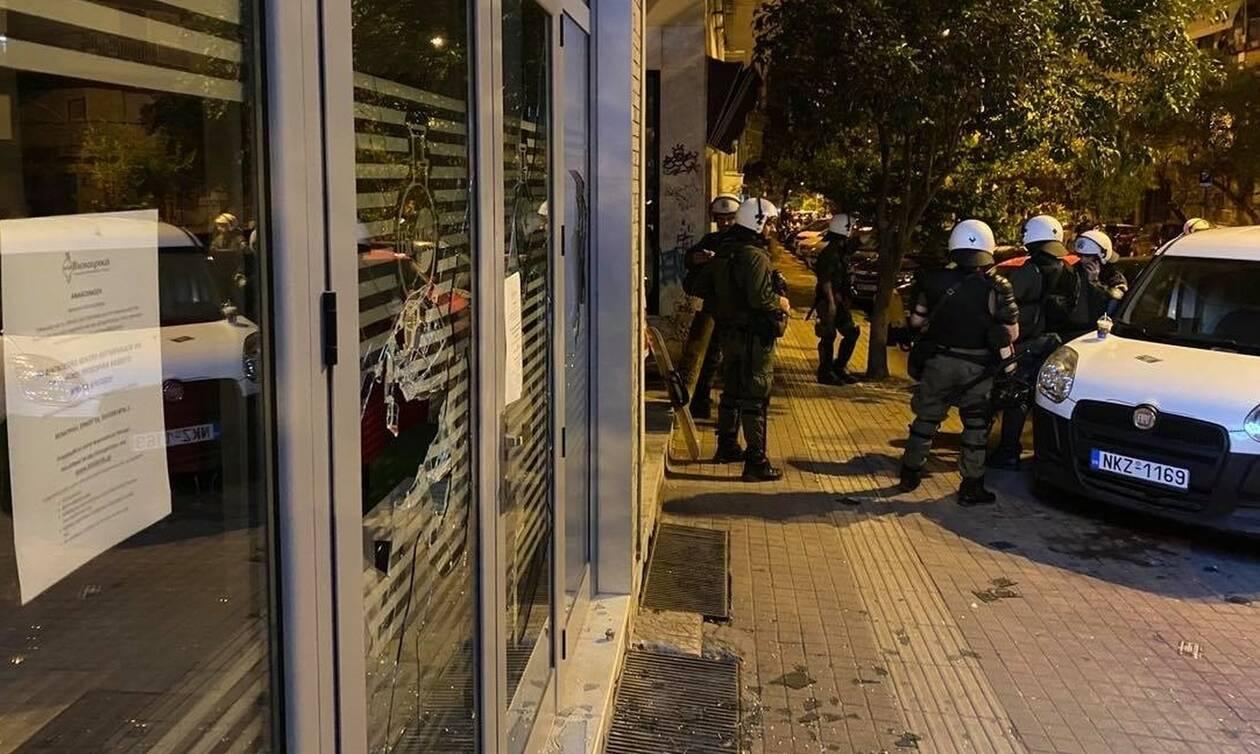 Αγρια νύχτα στη Θεσσαλονίκη: Αντιεξουσιαστές έσπασαν τζαμαρίες καταστημάτων στην Ανω Πόλη