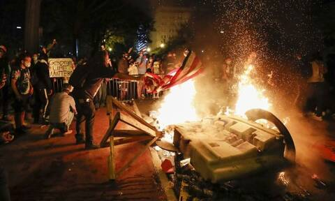 Συναγερμός στον Λευκό Οίκο: Φωτιές και δακρυγόνα - Φυγάδευσαν τον Ντόναλντ Τραμπ!