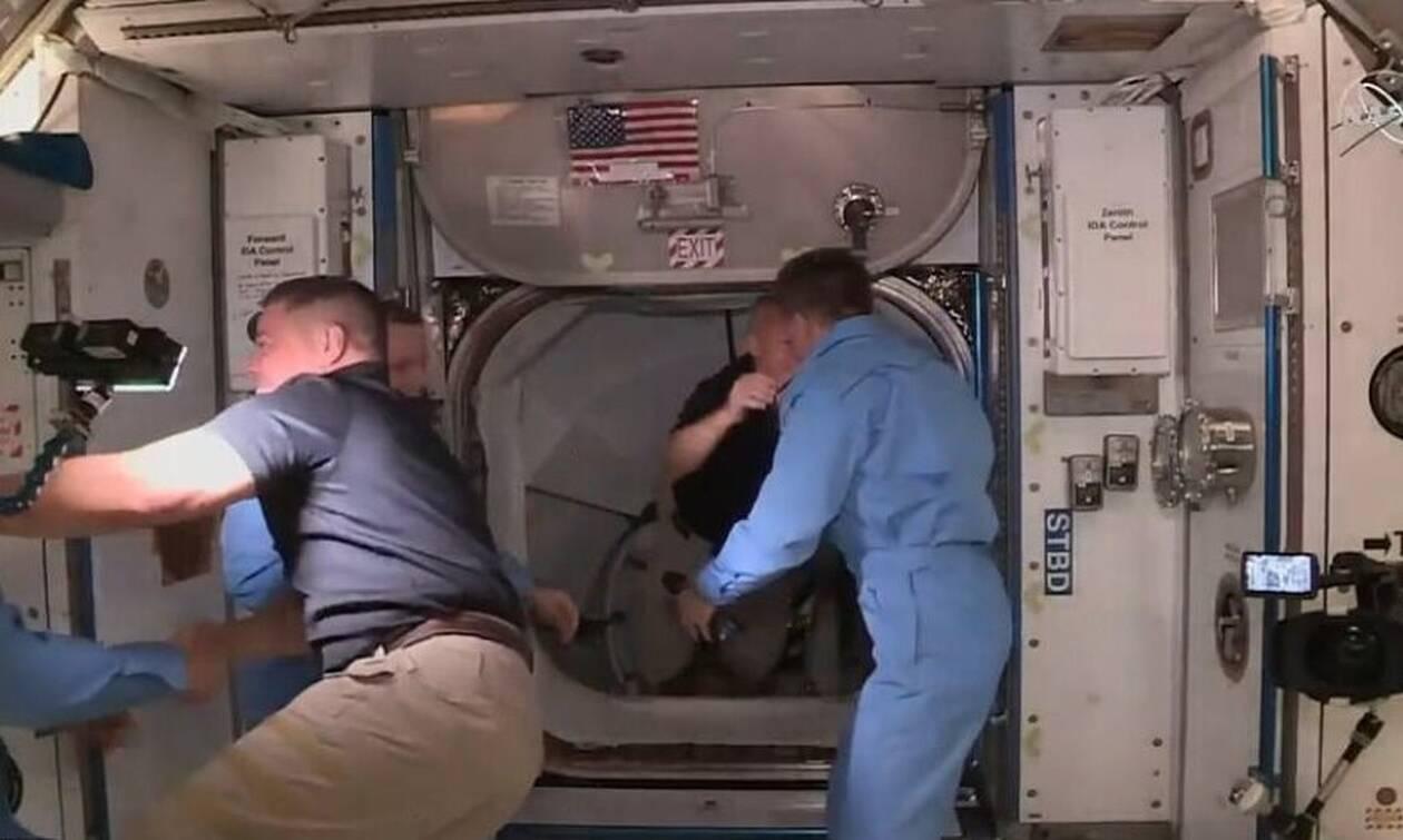 SpaceX: H γκάφα που δεν πρόσεξε κανείς στον Διαστημικό Σταθμό (video)