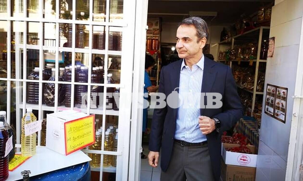 Ο Μητσοτάκης δοκίμασε κρητική γραβιέρα απέναντι από το σχολείο που επισκέφτηκε στην Καλλιθέα