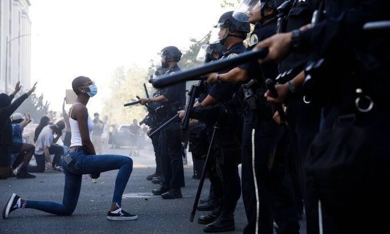 Τζορτζ Φλόιντ:Η φωτογραφία που ανατριχιάζει - Μαύρη διαδηλώτρια γονατίζει μπροστά στους αστυνομικούς