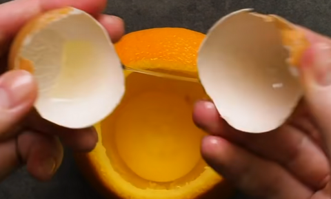 Έκοψε πορτοκάλι και έριξε μέσα αυγό - Αυτό που έφτιαξε θα σας τρελάνει (video)