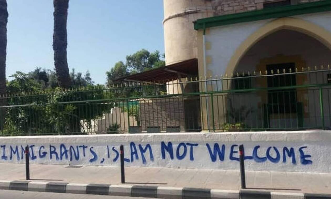 Κύπρος: Έριξαν μολότοφ και έγραψαν συνθήματα σε τζαμί - Παρέμβαση του Τουρκικού ΥΠΕΞ (pics)